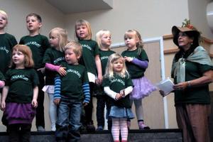 Barnen och lärare från Sunnanäng i Alfta i gröna tröjor bjöd på en sång om träd till människans glädje.