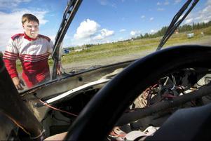 Fredrik Jonasson började köra folkrace så snart han hade fyllt femton. Han har redan kört 20-25 tävlingar och skulle gärna åka söderut för att delta i större tävlingar.