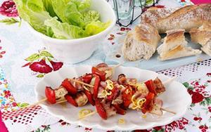 Sagolika grillspett med kryddad grillost som lindas i bacon.