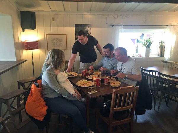 Niklas Mattsson serverar sina gäster en angusburgare när restaurangen i Centrumhuset smygstartade under helgen.