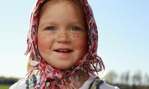 Lilla påskkärringen Elsa Skure njuter i vårsolen.