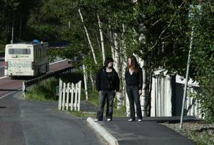 Alexandra Wågberg och Christine Nordin blir frånåkt av buss.