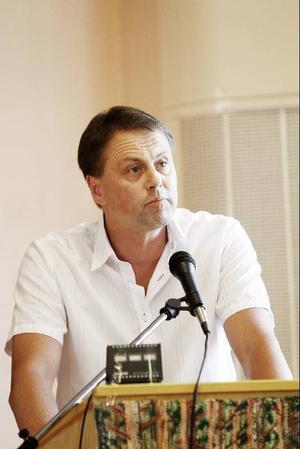 Jan Karlberg undrade hur en kommunpolitiker, i det här fallet Jörgen Blom (V), kan rösta för ett förslag utan ett ekonomiskt underlag, med junibeslutet i åtanke, där skolorna räddades kvar efter ett medborgarförslag och oppositionen fick sin vilja igenom.