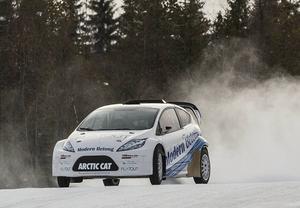 Ford Fiesta med 320 hästkrafter - det går undan i kurvorna.