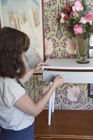 Byrån var målad i gräsliga färger som Anna skrapade bort. Hon målade den sedan vit med grå låda, som hon sett på andra 50-talsmöbler.