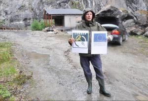 Projektet är privatfinansierat till hälften, resten är bidrag från bland annat EU och Leader. Janne Andersson håller upp de obligatoriska anslagen som därför måste finnas synliga.