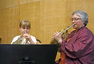 Lina Hjorth och Eileen Thormodsen övar en sista gång inför konserten.