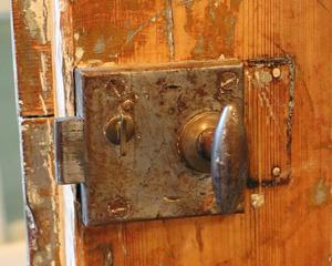 Eva och Ulf tycker inte man ska renovera bort charmen, här en gammal ytterdörr till gamla delen av skolan. I dag är det en innerdörr.