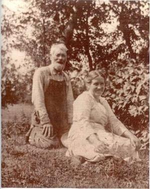 Engströms farm i Elk River utanför Minneapolis i Minnesota.Karl och Lovisa Molander Engström. Kortet taget i Elk River 1923. Foto: Privat