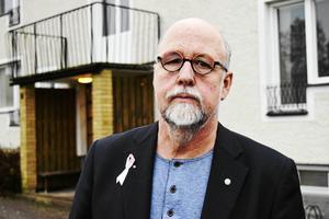 Oppositionsråd Benny Rosengren (SD) är kritisk över politisk styrning av personaltillsättningar.