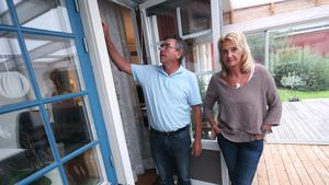Stefan och Monica Blomgren drabbades av inbrott nyligen. Tjuvarna tog sig in genom altandörren.