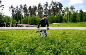 Mio Green från Genvalla konkar på en tung bräda som ska användas till kojbygget.
