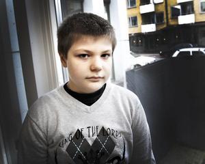 Klev över. Strax innan jul  i fjol fick 11-åriga Lucas fick ett epilepsianfall utomhus. I stället för att hjälpa honom klev vuxna över honom där han låg på marken.