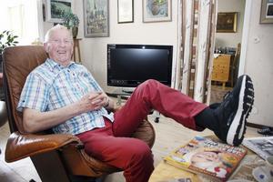 Håller igång. Stig Jansäter fyller snart 90 år. Här visar han upp skorna han fick i födelsedagspresent från sin brorsdotter. Han är väldigt nöjd med presenten som passar hans aktiva livsstil.