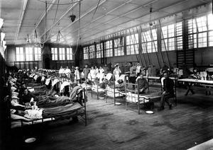 Fullbelagt. Regementets gymnastiksal hösten 1918. Spanska sjukan var mycket smittsam så efter en tid var sjukhuset fullbelagt. Även soldathemmet och kyrksalen fylldes med sjuka soldater. Som mest fanns 1 000 - 1 200 smittade på regementet.