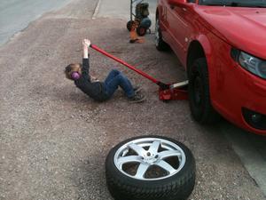 Teo 6år kämpar på bra för att hjälpa till med däckbyte