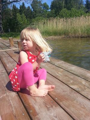 Lilla Elin på bryggan.