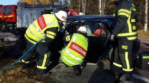 Föraren av personbilen klämdes fast i bilen.