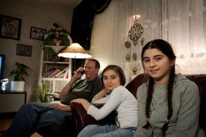 Leyla och Mona Jasharli tittar på julkalendern
