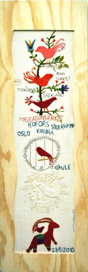 """""""Skånskt linnebroderi /.../"""". Av Mia Pizarro.""""Dam i röd kappa"""". Av Mats Lefvert."""