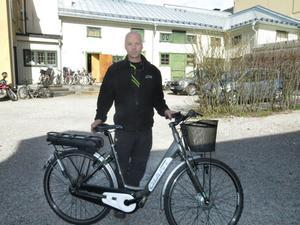 Cykelhandlare Tomas Holmqvist med elcykeln på frammarsch.