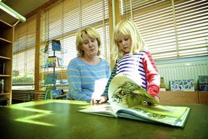 Mona Frykberg och dottern Ida hörde till dem som protesterade mot nedläggningen i av Domnarvets bibliotek för ett drygt år sedan.