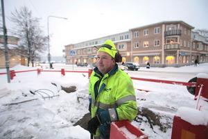 Det gäller att klä sig varmt när man jobbar utomhus. Hans Sjöblom har laddat med långkalsonger och tycker ändå att det är rätt trevligt med snön.