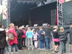 14.00 stora problem med ljudet på scenen. El och regn går inte ihop. Ljudet var utslaget en bra stund.