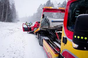 En lastbil och personbil krockade i korsningen mot Vad och Söderbärke på riksväg 68 vid lunchtid idag.