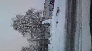 Någon eller några har hafft verkligen kul och gjort en udda snöskulptur i hallstahammars rondell.