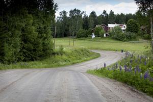 Bobygdsvägen är delvis grusväg, nu ska det bli asfaltbeäggning på hela vägsträckan.