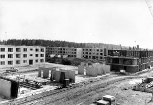 Rationellt bygge. Alla hus stöptes i samma form och byggdes i långa serier. Det gick fort och hyrorna kunde hållas på rimliga nivåer. Men bra blev det inte. Byggfusket kostade miljoner att rätta till och många familjer lämnade snart sina grå hyreskvarter.