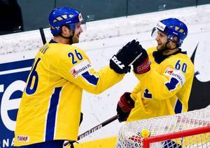 Marcus Nilson och Kristian Huselius jublar efter 2–0 målet. Nu väntar Tjeckien i VM-kvartsfinalen.