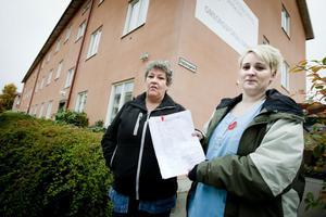 Britt-Marie Hammarbäck och Isabella Gustafsson på väg att lämna in protestlistorna på omsorgsförvaltningen.