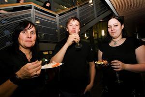 Personalen fick förstås också vara med på invigningen. Här är det Jeanette Ohlsson, David Hägglund och Anna Rylander som låter sig väl smaka.
