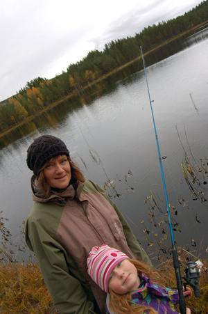 Stina och Alice Rexefjord hörde de till dem som provade fiskelyckan under jubileumsdagen i Lintjärn