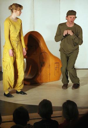 Ingen av Nallens kompisar hade tid att leka. Barnen skrattade av förtjusning när nallens vänner, fågeln, kaninen eller katten, framträdde på scen spelad av Gustav Lundkvist.