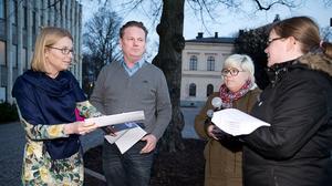 Kommunalrådet Staffan Jansson (S) och oppositionsrådet Elisabeth Unell (M) får protestlistorna av Kristiina Koistila och Johanna Pettersson.