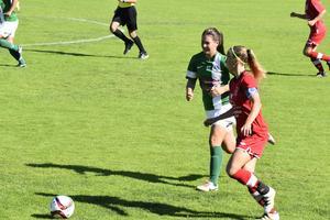BIK SK i rött tog emot Mariehem SK på Bondsjö IP under lördagseftermiddagen, lagets kapten Sara Jensen närmast i bild.