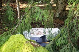 Madrasser, skor och kläder finns kvar i skogen vid Råby rastplats.