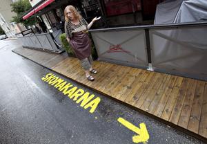 Rose-Marie Forsberg, delägare till Skomakarna Söder, har nu anmälts och har en vecka på sig att tvätta bort hänvisningen hon målat på gatan.