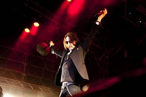 Myles Kennedy, sångare i Alter Bridge, som var den som tog hand om mikrofonen på Slash konsert, klarar de gamla klassikerna bra.