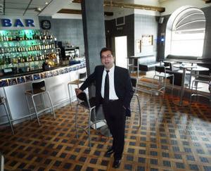 Vad ska jag säga till utländska turister som måste gå inomhus klockan tolv, undrar Gustav Tümer. Han äger Stekhuset och Liquid bar i Sundsvall.