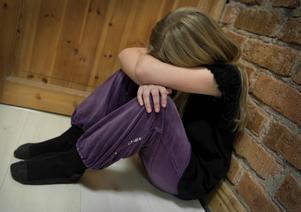 En mamma åtalas för att under lång tid ha misshandlat sina små döttrar. Foto: Claudio Bresciani/Scanpix.