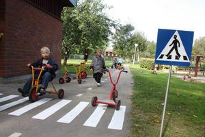 Full fart på cyklarna vid Lillhedens egen gata.