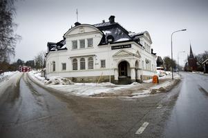 Mitt i en gatukorsning i centrala Kopparberg ligger paret Wesströms hem och arbetsplats, det forna bank- och posthuset som fyller 100 år i år.