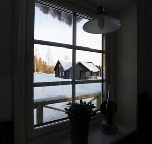 Familjen Schöllins stugor är moderna men i inredningen går i gammal och lantlig stil. De fyra stugorna på 70 kvadratmeter vardera är arkitektritade och timrade för hand av ett lokalt byggföretag. På taket sitter solceller som ska förse stugorna med miljösmart el.