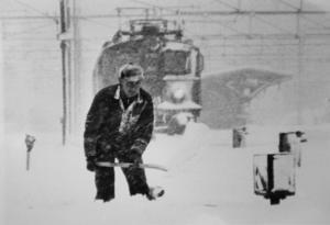 Den 24 november 1981 kämpade Roland Paulsson med att ta bort snön från rälsen så tågtrafiken kunde fortgå.