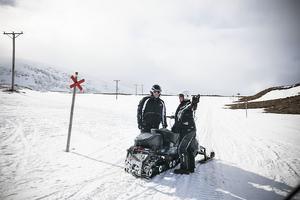 Håkan Persson och Jonas Åkerman diskuterar vägval uppe på fjället.