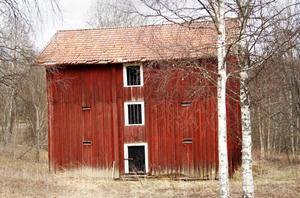 Den snöfria tiden av året syns det tydligt att såväl väggar som tak behöver åtgärdas.